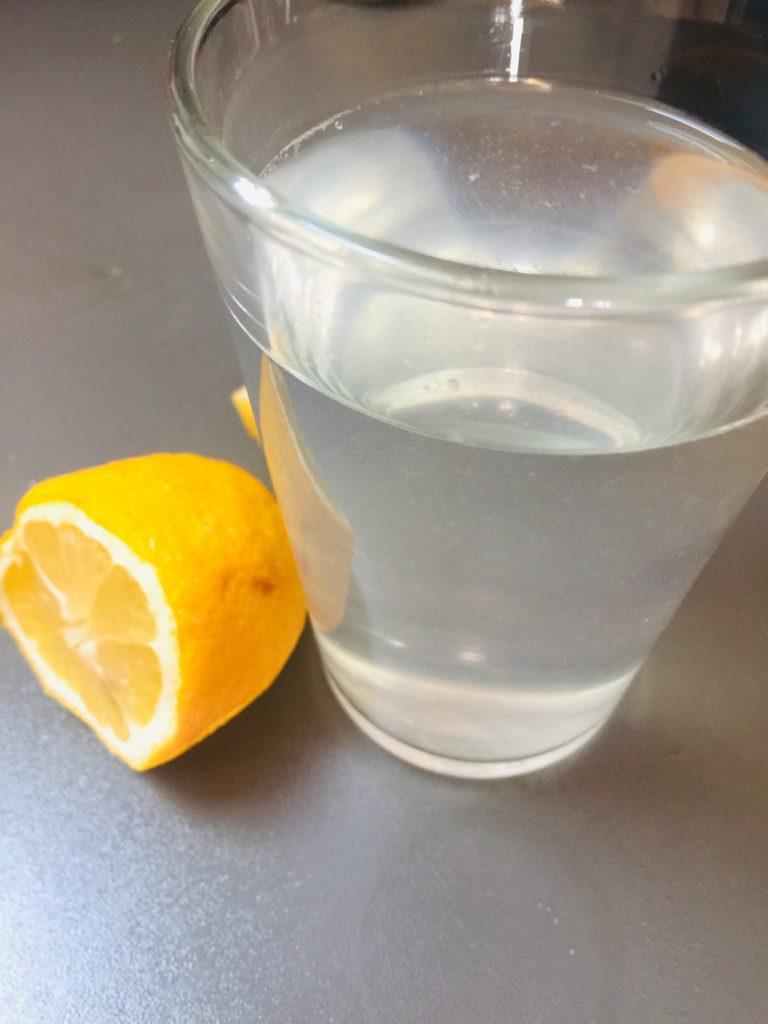 Morgen als erstes 1 Glas Zitronenwasser